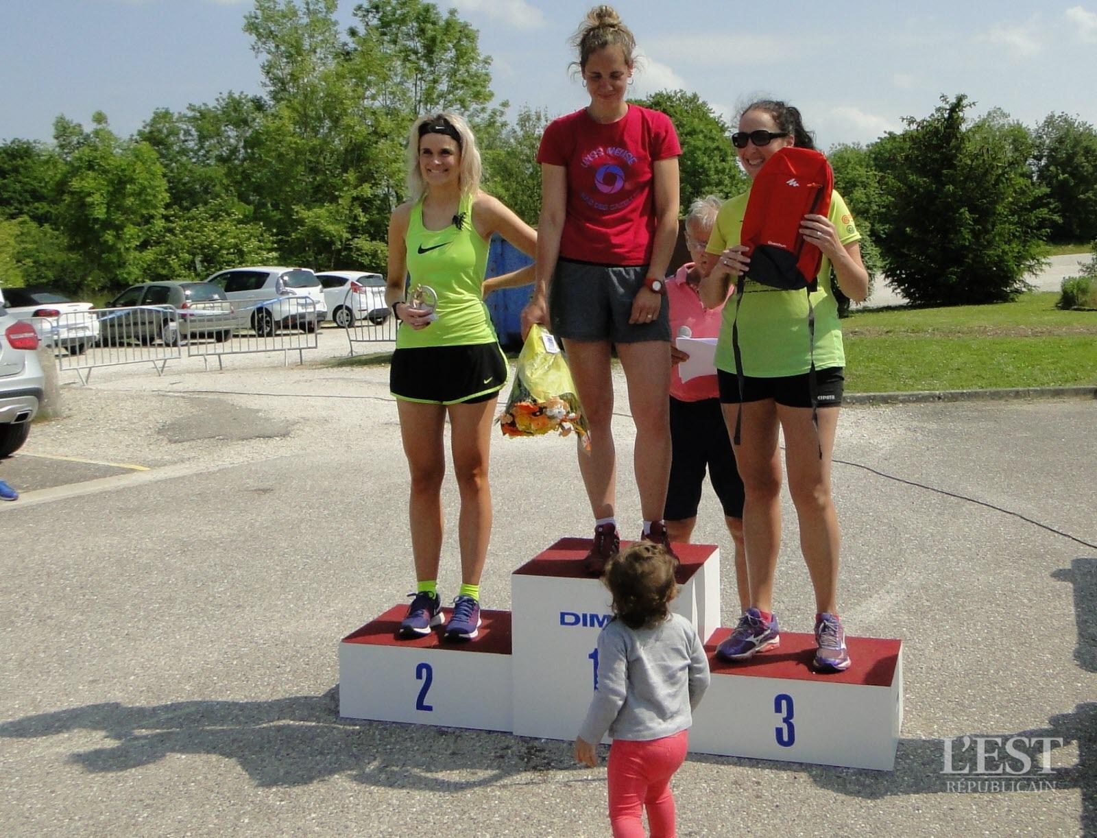 le-podium-des-seniors-dames-du-14-km-clementine-chaumont-(premiere-feminine-du-scratch-59e)-amelie-boban-et-claire-paredes-1526815586